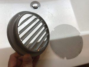 水洗いしてきれいになった給気口カバーとフィルター