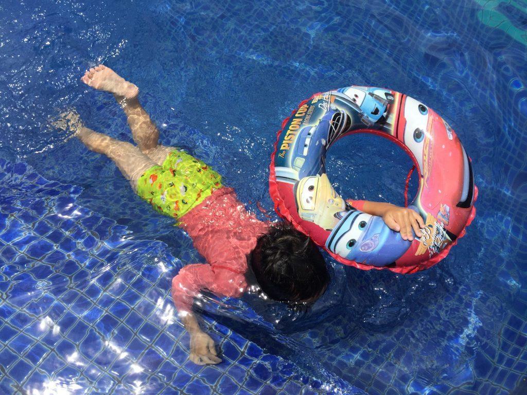 ホリデイインエクスプレスのプールで泳ぐ子供