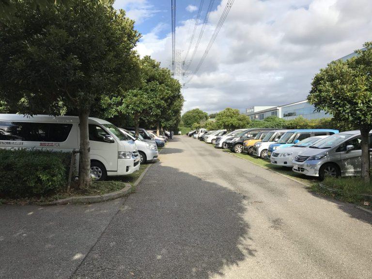 駐車スペースが芝生の駐車場
