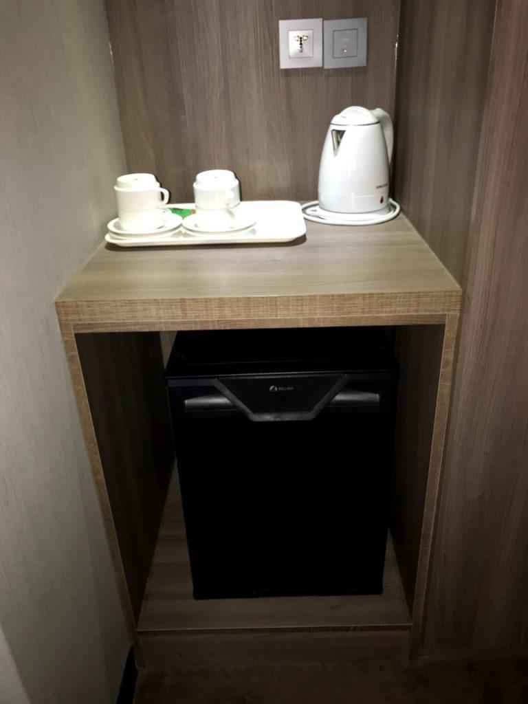 冷蔵庫とティーカップ